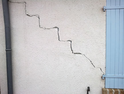 Fissure sur mur d'une maison